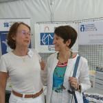 Dominique Versini se rend sur le stand de la Fep pour saluer le travail des bénévoles