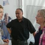 Sophie avec Yones, réfugié, et Majia Benazech, qui l