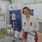 Sophie De Croutte tient le stand de la Plateforme des réfugiés
