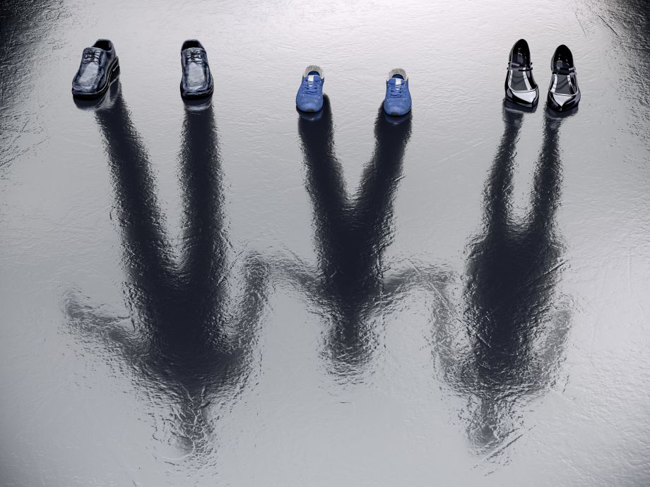 3 paires de chaussures vides avec des ombres réfléchies